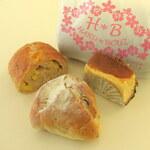 HARU*BOUZ - チーズ(ハーフ240円+税)、いちぢくとくるみのパン(180円+税)、チーズケーキ(250円+税)。