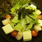 独活家 - 鶏と豆腐の胡麻だれサラダ つるんと食感の鶏が最高