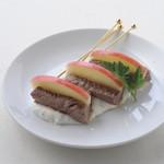 ロコ コロ - 牛フィレ肉とリンゴ串ゴルゴンゾーラソース ¥420