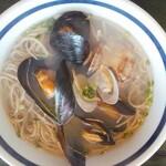 那須家 宗庵 - 貝だしそば  ムール貝・あさり・大きいしじみがいっぱい入っています。貝好きにはたまらない。まさかムール貝を入れてくるとは!しかもムール貝の殻がきれいに磨かれていました。こんなにいっぱい貝が入っているなら殻出し用の器が欲しいな。薬味の小皿に殻が山積みです。
