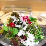 鳥匠 いし井 - サラダはたくさんのハーブ入り。淡雪塩をかけて彩りもキレイ。お花ばたけや~♪♪