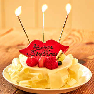 人気のリップモチーフを飾ったフリルショートケーキ
