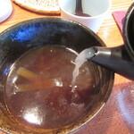 蕎・馳走 岩舟 - 蕎麦湯を注ぐ