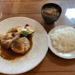 こぶたの家 - リブロースステーキのランチ1650円 サラダ、惣菜二品、ごはん、 ドリンクバー、デザート付、メイン料理以外 はおかわり可能。デザートは分かりませんwww