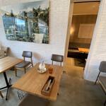 tables cook&LIVING HOUSE - 座った席。奥に隠れ家席もあり。壁の写真とか素敵なの。