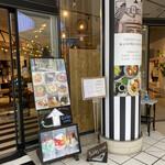 tables cook&LIVING HOUSE - インテリアショップの入り口にメニュー写真あり。