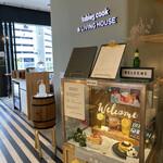 tables cook&LIVING HOUSE - インテリアショップ中ほどにカフェの入り口あり。