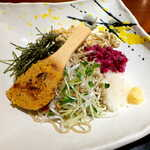 志楽亭 - 料理写真:蕎麦の実・大根おろし・生姜・みょうが・刻んだ柴漬・海苔・カイワレが乗る。柴漬けの酸味が、蕎麦つゆに呼応して良い感じ