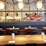 アコメヤ食堂 - お隣のアコメヤトーキョーさんのお蔭でより広々と感じます