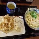 丸亀製麺 - かけうどんだと、いろんなトッピングが楽しめます。