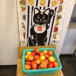 搾り屋 935 - カゴに山盛りのリンゴ