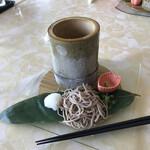 瀬戸内ゴルフリゾート レストラン THE GRILL - 何故か前菜にザルそばが無料で付いてくる 巨大な竹筒に蕎麦つゆが入っている