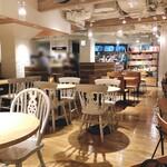 ベシャメルカフェ - 広々としたオシャレな店内♫