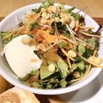 ベシャメルカフェ - ボリューム満点サラダ
