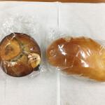 ブーランジェリー マーブル - しっとりバナナケーキ 240円と果肉入りマンゴーのクリームぱん 210円(税込)
