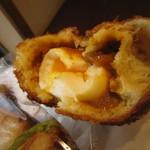 Merupochi - 半熟卵入りカレーパン中身