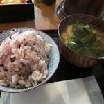 東京満月 - 自分でよそった雑穀米と味噌汁