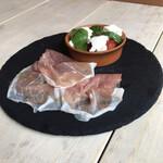 カフェ エトランジェ ナラッド - 冷・前菜はカプレーゼと生ハム。
