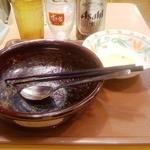 13640775 - 『やきとりあいがけカレー並+5辛』、『サラダ』、『瓶ビール』 完食しました。