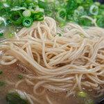 長浜ラーメン力 - ネギは豚骨スープとも細麺ともよく合いますねぇ。
