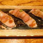 136431476 - 牛サーロインの炙り寿司 五貫のアップ