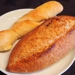 13644037 - クリームチーズいちじく¥220、スペルト小麦カンパーニュ¥260