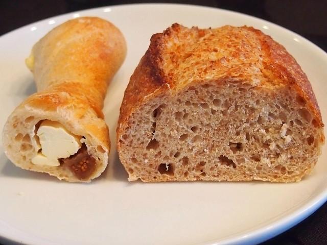 穀 - クリームチーズいちじく¥220、スペルト小麦カンパーニュ¥260(断面)
