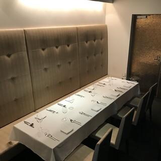 【接待や大切な会食に】6~8名様向けの個室もございます