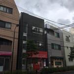 マミーズ・アン・スリール - 菊坂交差点手前から見た店舗遠景