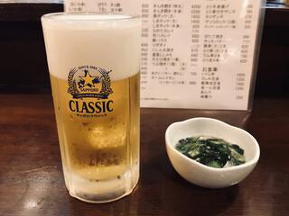 魚一心 - サッポロクラシック樽生 中(520円税別)とお通し(300円税別)