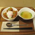 みつせ鶏本舗 福岡新天町店 - 普通量は650円なのですが、あまりお腹が空いてなかったので、から揚げ丼ミニランチセットにしました。スープが付いて580円です。