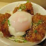 みつせ鶏本舗 福岡新天町店 - 小さめの丼に白ご飯・キャベツの千切り・唐揚げ3個・温泉卵。