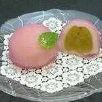 松竹堂 - ブドウ:大ぶりの種無しピオーネを皮をむいて包みました