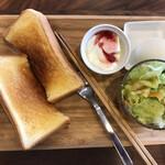 喫茶 nagi - 料理写真:モーニング 500円 (トースト・ゆでたまご・サラダ・ヨーグルト) ドリンクはコーヒー、ジュース、ミルクより 選べます。