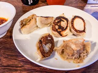 中華食堂 きずな  - 餃子(焼きに失敗して無料でサービスして下さいました)