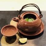 136485208 - 松茸とハモの土瓶蒸し 鶏肉 粟麩 三つ葉 酢橘