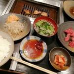 大東縁 - ダブル定食 1400円 お肉はロースとホルモンをチョイス