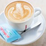 ピッツェリア アル チェントロ - ドリンク写真:ナポリNo.1KIMBOのカフェラッテ