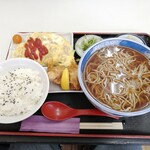 そば 咲くら - 料理写真:鶏そぼろの卵焼きそば定食(からあげ付/690円)