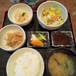 串匠 - ランチメニュー 串揚げ定食 ¥1000(税込) 串揚げ7本 野菜サラダ 小鉢2品(もやしと鶏のナムル 切り干し大根) ご飯とお味噌汁(おかわり無料) お新香