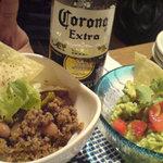 カンティーナ・リマ - チリ・コン・カルネとワカモーレ でコロナビール