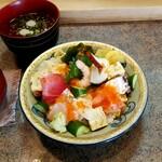 大漁すし - バラちらしセット、サラダ、デザート(コーヒーゼリーつき)853円税込。2020.9月現在。