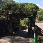 野外テラス 水の音 - 黒茶屋敷地内への入口