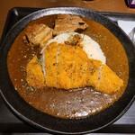 136526369 - カツカレー(920円)+角煮です。