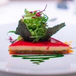 ロドラント ミノルナキジン - 魚介のムース(サーモン、エビ、鯛)、 下がラタトゥイユ、 上にビーツのジュレ バジルのソース パプリカのソース、 ブラックオリーブのソース