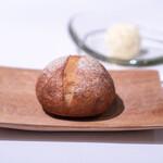 ロドラント ミノルナキジン - 自家製ライ麦と小麦のパン バター