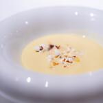ロドラント ミノルナキジン - とうもろこしの冷製スープ、 コーヒーのジュレ、 ポップコーン