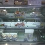 コミ花フェ 花楽里 - 入り口近くの美味しいケーキ達、だいぶ売れちゃってます