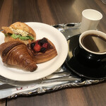 136546995 - 照り焼きチキンのリュスティックサンド                       クロワッサン・イズニー フランボワーズ                       モーニングコーヒーのセット