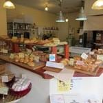 ベーカーズマーケット - お店はそんなに大きくはありませんが数多くの種類の焼き立てのパンがお店に並んでいます。